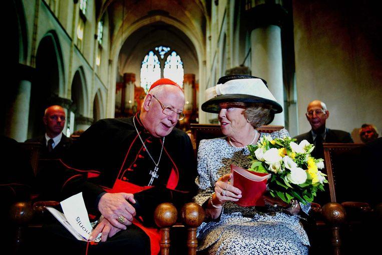 Met  koningin Beatrix in de Catharinakerk in Utrecht bij de opening van de tentoonstelling Pracht en Praal van de Paus, Schatten uit het Vaticaan, in 2003. Beeld Hollandse Hoogte/ANP
