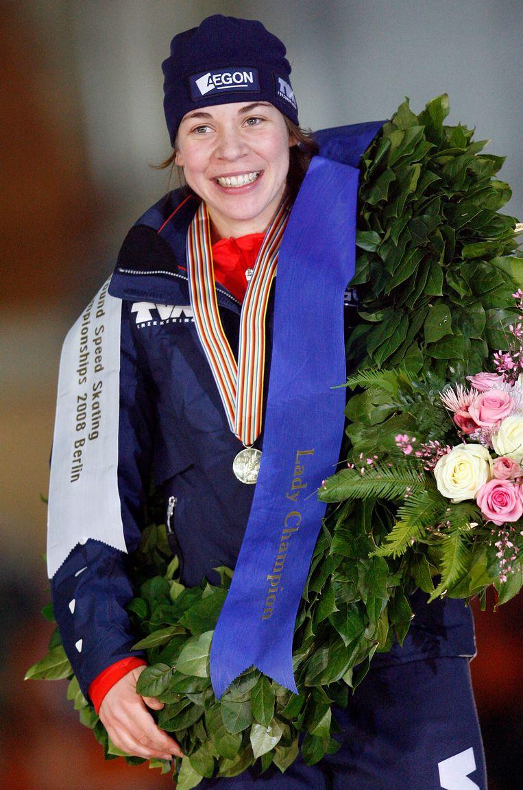 Paulien Van Deutekom met haar gouden medaille op het WK Allround in Berlijn.  Beeld AP