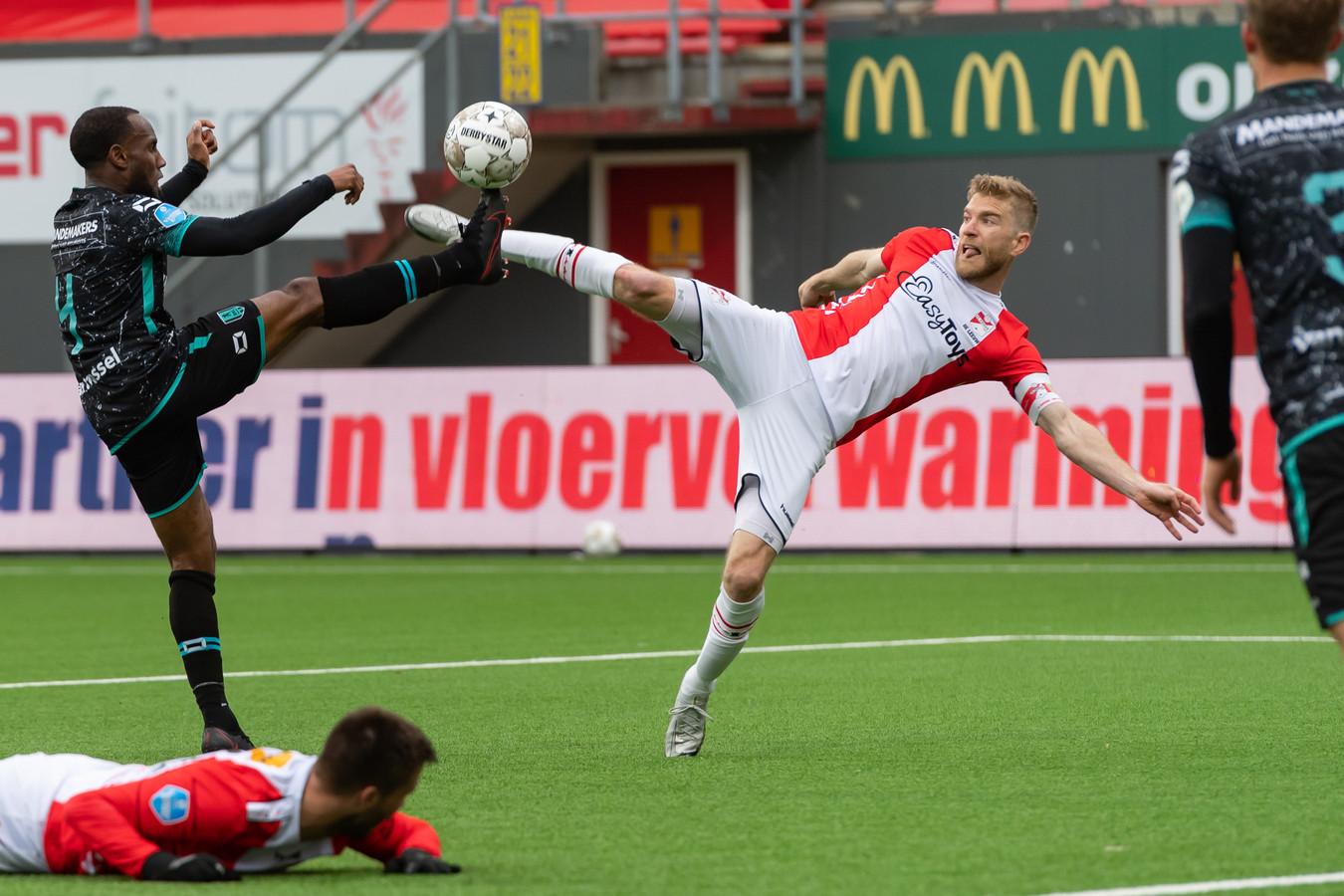 Een hoogstaand duel tussen de jarige Vurnon Anita (links) en FC Emmen-topscorer Michael de Leeuw. Dit was trouwens niet het penalty-moment.