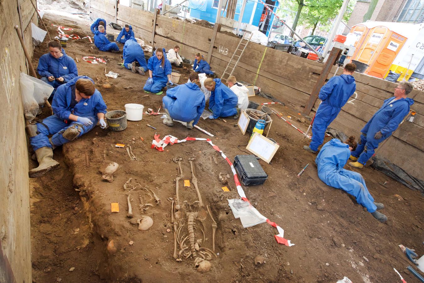 Archeologen afgelopen zomer aan het werk buiten de Eusebiuskerk. Volgende maand gaan ze binnen aan het werk.
