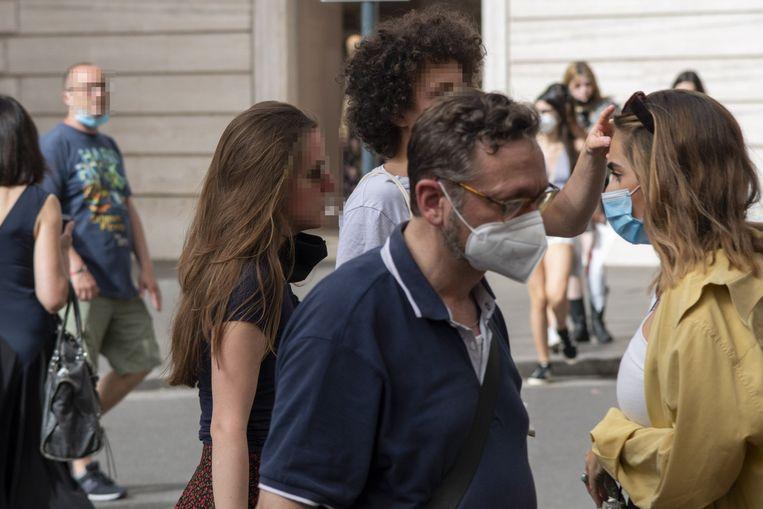 Mensen met en zonder mondkapje in Rome. Beeld Photo News