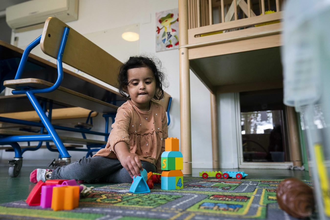Een kind bij een 24-uurs-kinderopvang voor kinderen van ouders met een vitaal beroep tijdens de coronacrisis.