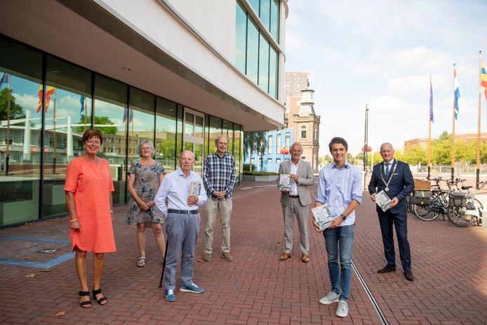 Officiële overhandiging jubileumboek CLA/Het Noordik. Derde van links is oud docent René Nogarede. Helemaal rechts burgemeester Gerritsen. Derde van rechts de huidige directeur Gert ten Hove.
