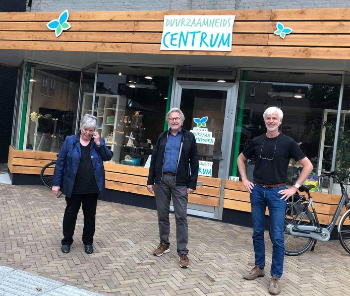 Wethouder Henk Nijhof heeft inmiddels een bezoek gebracht aan het Duurzaamheidscentrum. Naast hem de vrijwilligers Wilma Paalman en Frans Brughuis.