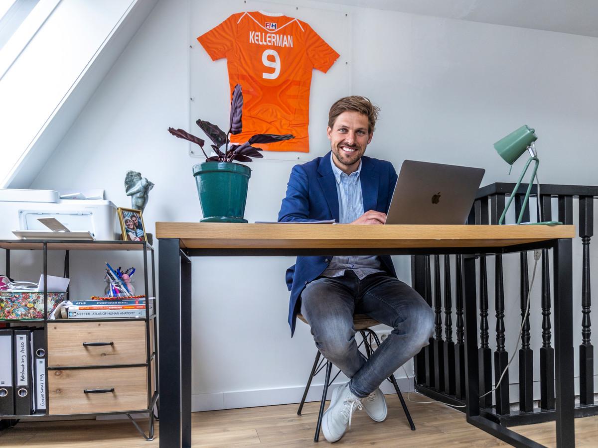 Bjorn Kellerman, die hockeyt voor SV Kampong en het Nederlands elftal, op zolder aan het werk voor zijn bedrijf Juridische Handjes.