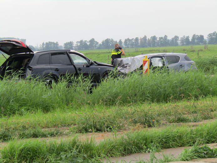 Een Audi en een Lexus botsten vrijdag 10 september frontaal op elkaar op de Parallelweg in Meerkerk.