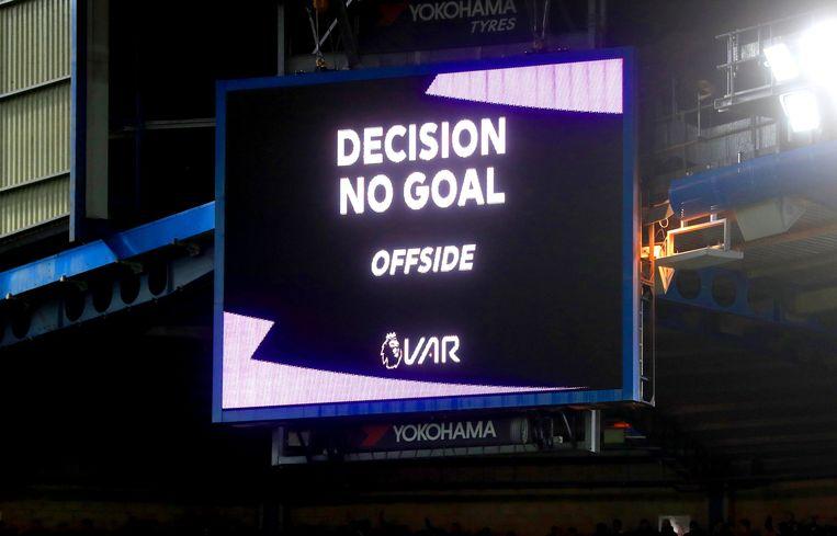 Een doelpunt van Chelsea-spits Olivier Giroud wordt afgekeurd door de VAR wegens buitenspel. Beeld Photo News
