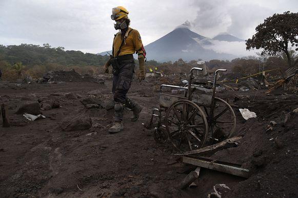 Een reddingswerker aan de vulkaan Fuego in Guatemala. De zoektocht naar overlevenden wordt stopgezet.