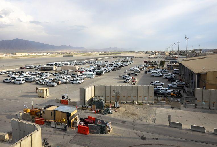 De Amerikanen hebben duizenden personenwagens op Bagram achtergelaten, velen zonder sleutel.  Beeld EPA