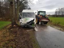 Bedrijfsbus botst op twee bomen in Harreveld, bestuurder naar ziekenhuis
