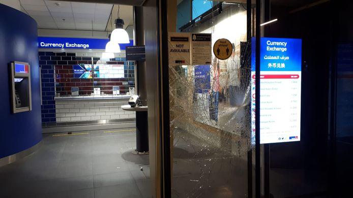 Ruiten ingeslagen bij het geldwisselkantoor op het station.