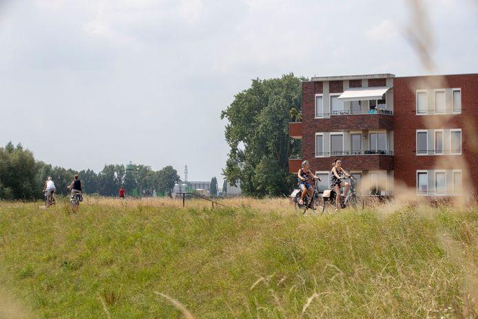 Fietsers op de Grebbedijk bij Wageningen