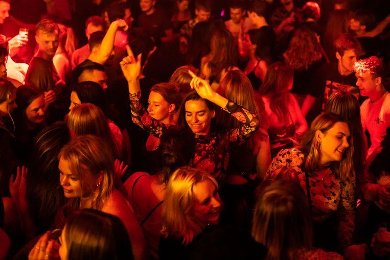 Nachtclub Bitterzoet in Amsterdam opende eind juni na ongeveer 1,5 jaar gesloten te zijn weer de deuren.  Beeld Joris van Gennip