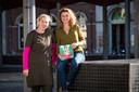 Marlies Martens (rechts) en illustrator Hester van de Grift met hun boek 'Van kind naar Sint'.