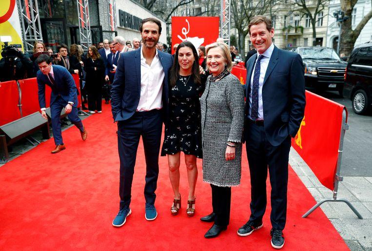 De ex-presidentskandidate met regisseur Nanette Burstein en producers Ben Silverman (l.) en Howard Owens (r.). Beeld REUTERS