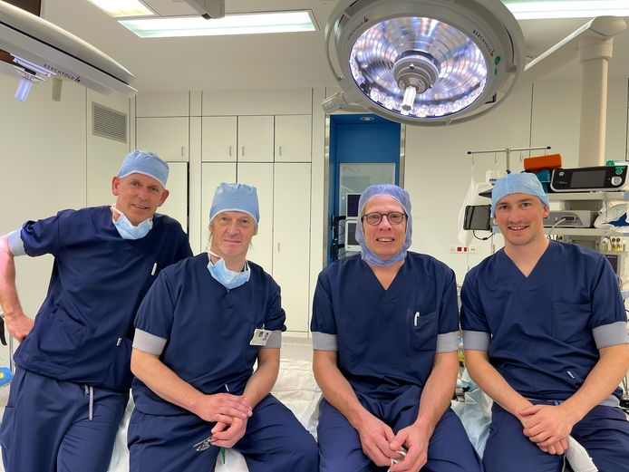 Orthopedisch chirurgen Jan Sys, Kris Govaers, Philippe Natens en Mathias Van den Broek zijn in de wolken over de voordelen van de robot bij knie-implantaten.