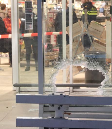 Brutale inbrekers komen via parkeerdek bij de geldautomaat van de Dekamarkt in Apeldoorn