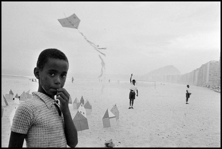 Het strand van Copacabana in Rio de Janeiro, in 1958 Beeld ©Rene Burri / Magnum Photos