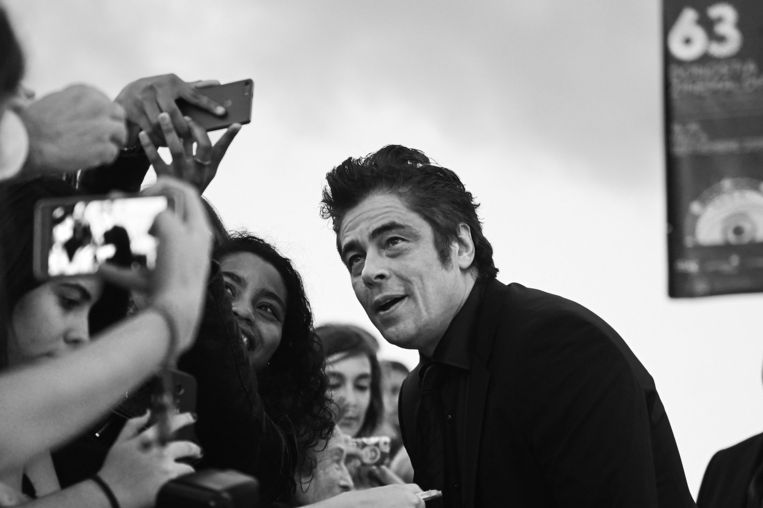 Benicio Del Toro poseert voor een selfie met een fan tijdens de première van 'Sicario' tijdens het San Sebastian International Film Festival in Spanje. Beeld GETTY