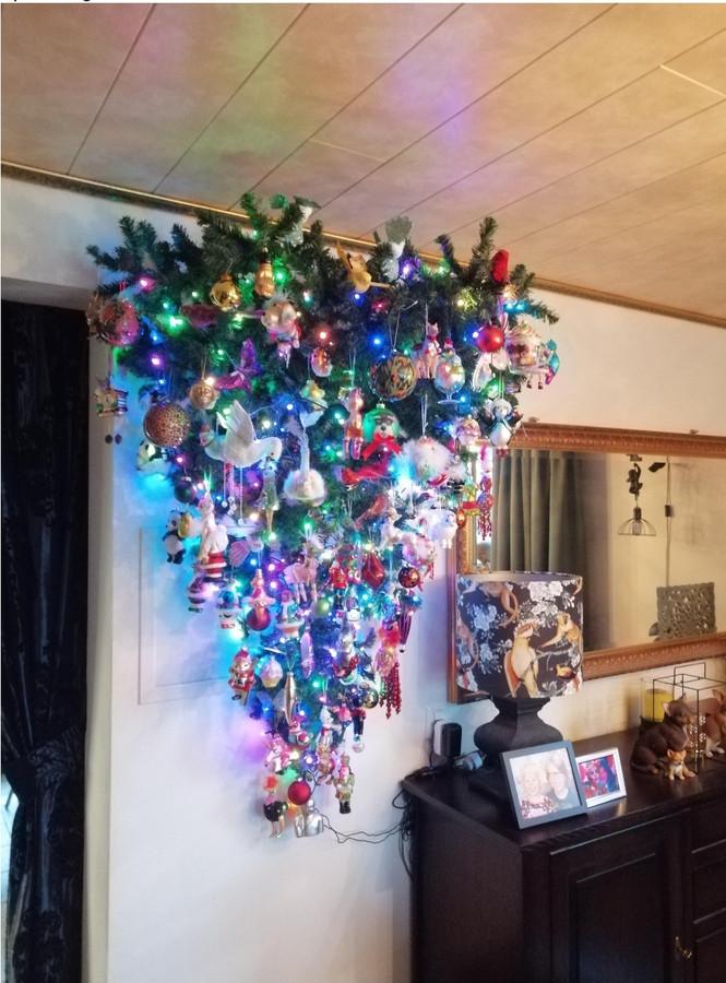 """Kees en Miriam Theunissen: ,,Wij hebben de boom gister gezet, wij zetten deze niet, maar hangen deze. Een mooie oplossing voor mensen met kat of hond, of met kleine kinderen. Of wanneer er minder ruimte is."""""""