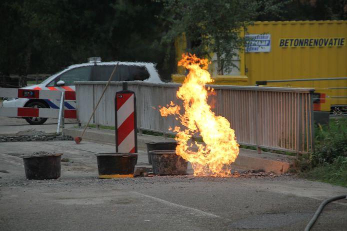 Vlammen slaan uit het wegdek in Almelo.