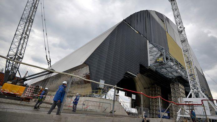 Lourd de 36.000 tonnes et haut de 110 mètres, ce dôme, déjà assemblé, doit se poser progressivement jusqu'à son emplacement final d'ici à fin novembre.