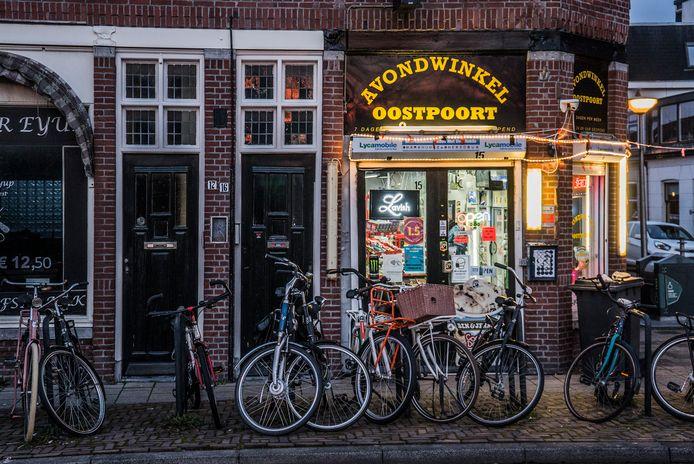 Avondwinkel Oostpoort aan de Oostsingel, kort voor sluitingstijd. Normaal gesproken is de winkel tot middernacht open, sinds zaterdagavond vanwege de avondklok tot 20.00 uur.
