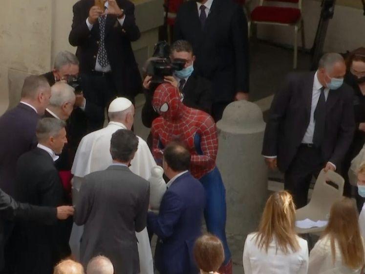 Coronaheld Spider-Man op 'audiëntie' bij de paus