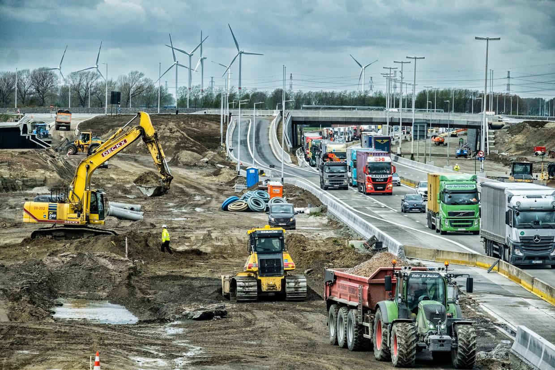 Werken aan de Oosterweelverbinding op de Antwerpse Linkeroever bij Zwijndrecht. Beeld Tim Dirven
