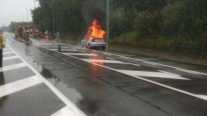 Mercedes in lichterlaaie op Koninklijke Baan, bestuurder kan tijdig ontkomen