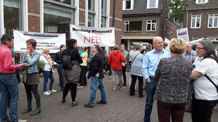 De demonstratie tegen de nieuwe weg.