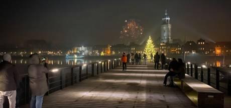 Teruglezen: Volop vuurwerk in Oost-Nederland, agent lost waarschuwingsschot in Wapenveld