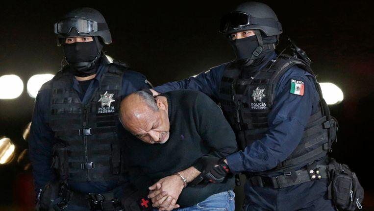 De Mexicaanse drugsbaas Gómez wordt weggeleid na een persconferentie over zijn arrestatie. Beeld REUTERS