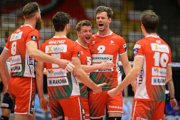 Pieter Verhees (9) aan de zijde van Jelte Maan (5). Beide spelers hangen hun volleybalplunje aan de haak.