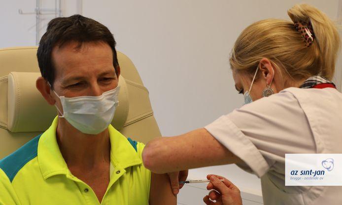De eerste vaccins zijn gezet in AZ Sint-Jan in Brugge.