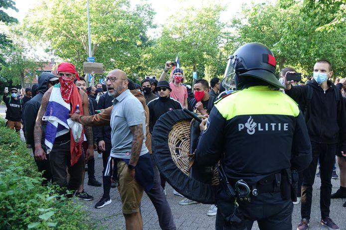 De politie houdt demonstranten tegen.