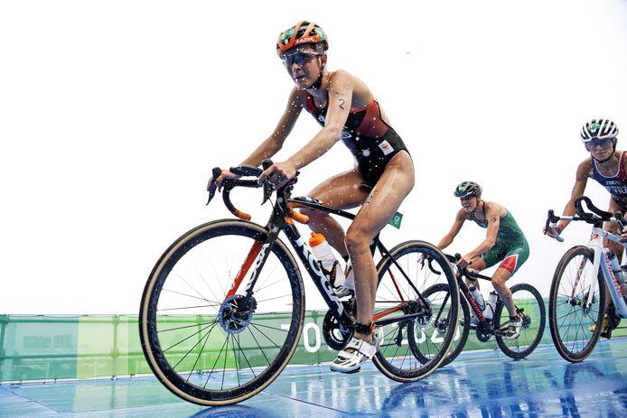 Rachel Klamer in actie tijdens de olympische triatlon in het Odaiba Marine Park.