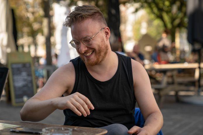 Johannes Genard (33) blikt vooruit op zijn optreden met School is Cool in De Roma vanop de Dageraadplaats in Antwerpen.