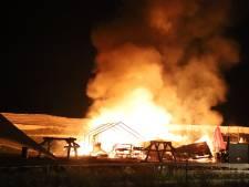 Schuur brandt af bij fruitbelevingspark in Wadenoijen, gasfles explodeert tijdens blussen
