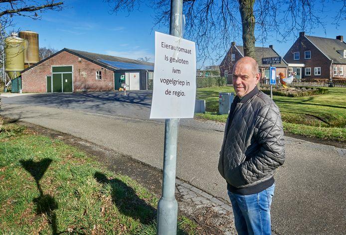 Marco van Acht bij zijn gesloten pluimveebedijf in Sint Oedenrode