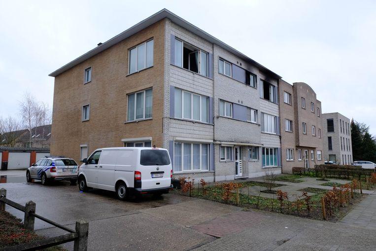 In dit appartementsgebouw woedde zaterdagnacht een zware brand. Een mama van twee zoontjes van 3 en 11 sprong uit het raam toen de vlammen haar insloten.