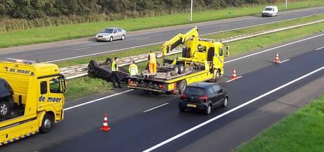 Auto over de kop op A58 bij 's-Gravenpolder