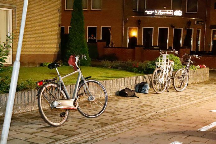 Na het ongeluk staat de fiets er nog. De fietser is naar het ziekenhuis gebracht.