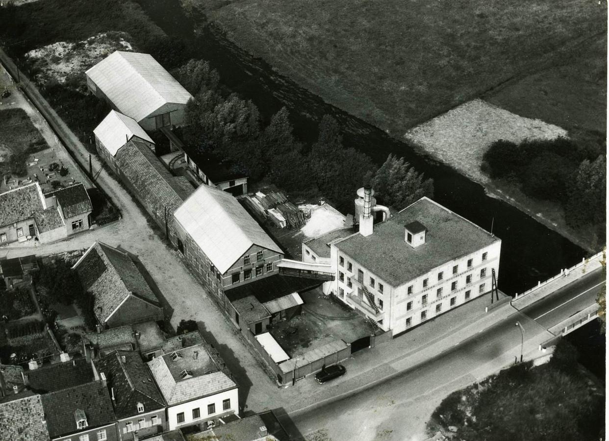 Gennepermolen kort na de Tweede Wereldoorlog. Met in het midden, met het lichtgrijze puntdak, het directiegebouw.