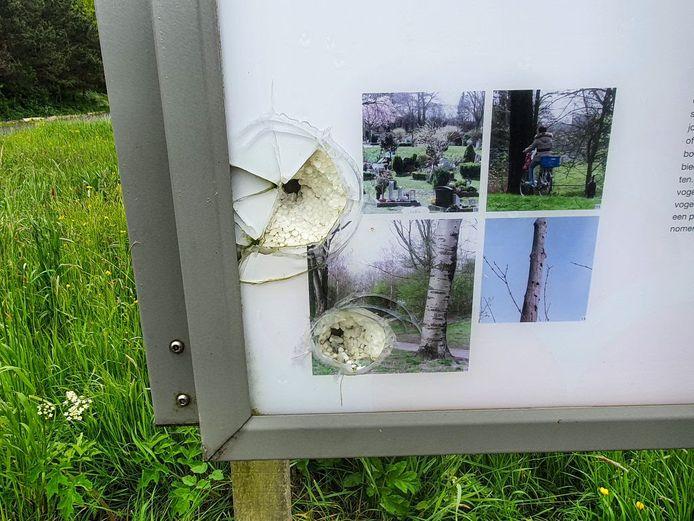 De kogelinslag in het informatiebord bij het Buytenpark.