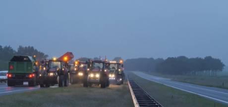 Boerenacties: Trekkers blokkeerden snelweg bij Hoogeveen, stoet tractoren op A7, Groningen haalt bruggen op