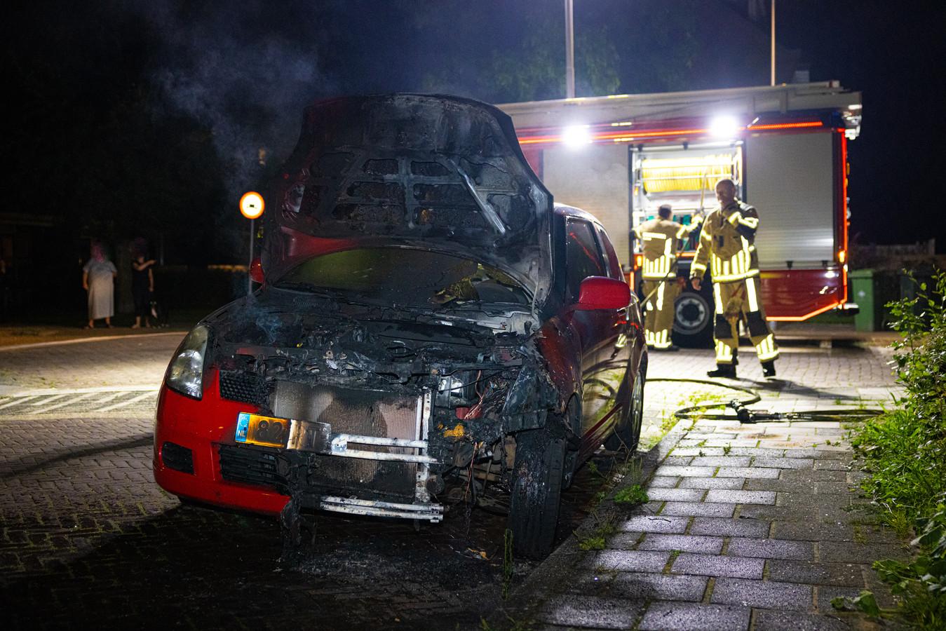 De linkervoorkant van de auto stond gisteravond in brand in de Zwolse Isaac van Hoornbeekstraat.