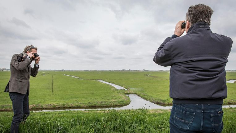 Ferdinand ter Heide (l) fotografeert bij zijn weiland, dat moet uitgroeien tot een goed beschermd weidevogelparadijs Beeld Dingena Mol