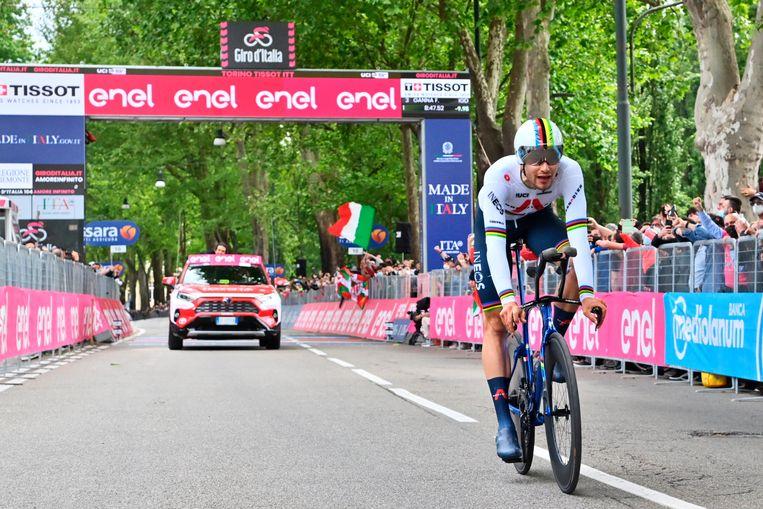 Filippo Ganna komt over de finish van de tijdrit in Turijn. Beeld AP