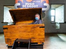 Wethouder in boekenkist bij start Hugo de Grootjaar; Loevestein dé plek om na te denken over vrijheid, vrede en recht